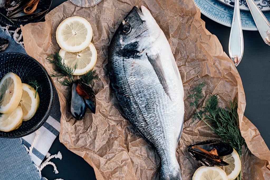 Por que peixe tem cheiro de peixe?