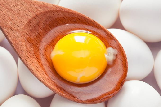 O que é aquela substância branca esquisita na gema do ovo?