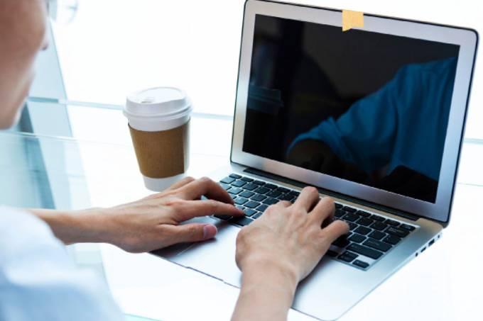 Por que os chefões da tecnologia cobrem a câmera do laptop?