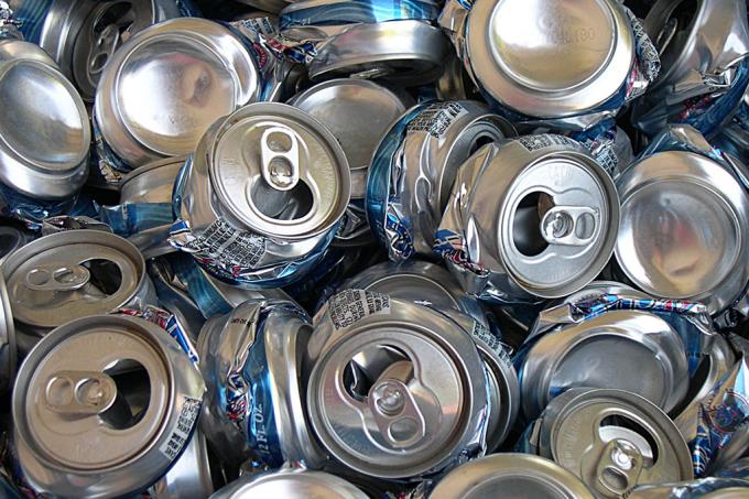 Homem entrega 10 mil latinhas para reciclagem – e vai preso