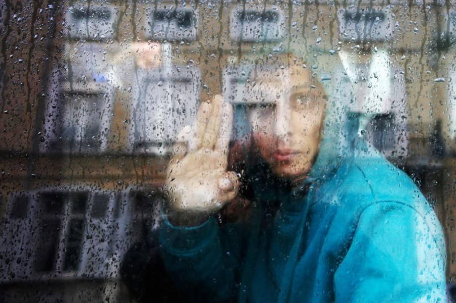 Adolescente afegão indo para um abrigo de menores