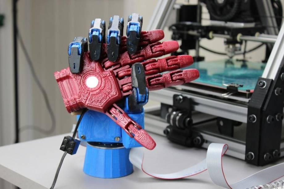 A mão robótica pode ser personalizada conforme o gosto da pessoa. Para as crianças, existe a opção de construir prótese com base em super-heróis