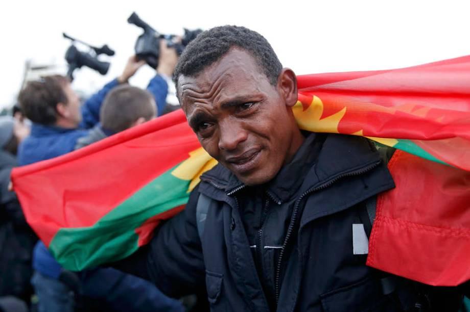Membro da comunidade Oromo se emociona enquanto o local é desmantelado