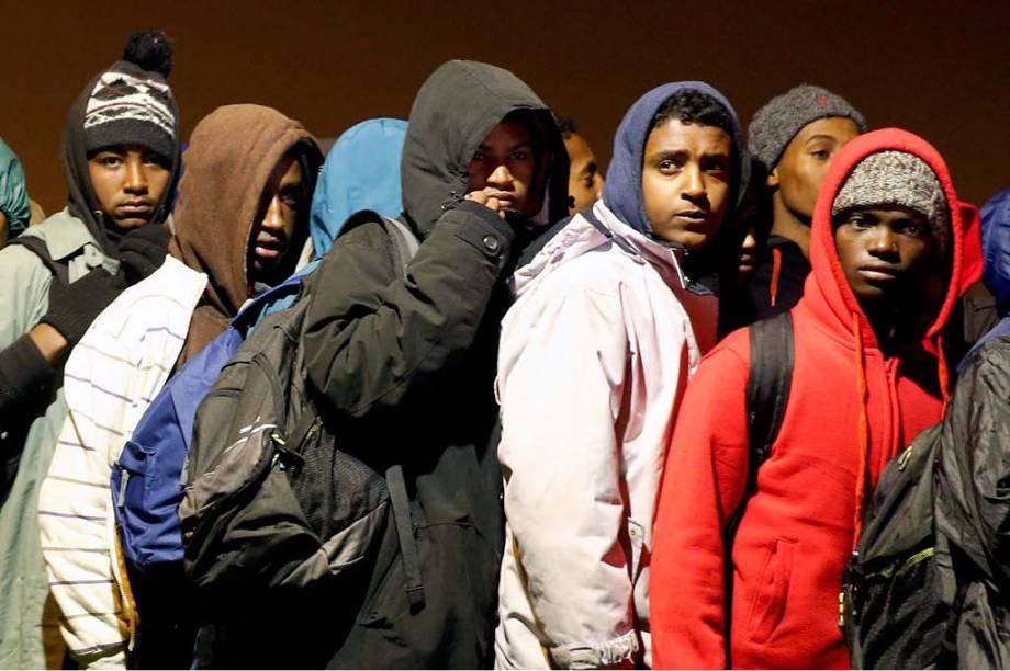 Refugiados aguardam para serem transferidos para centros ao redor do país