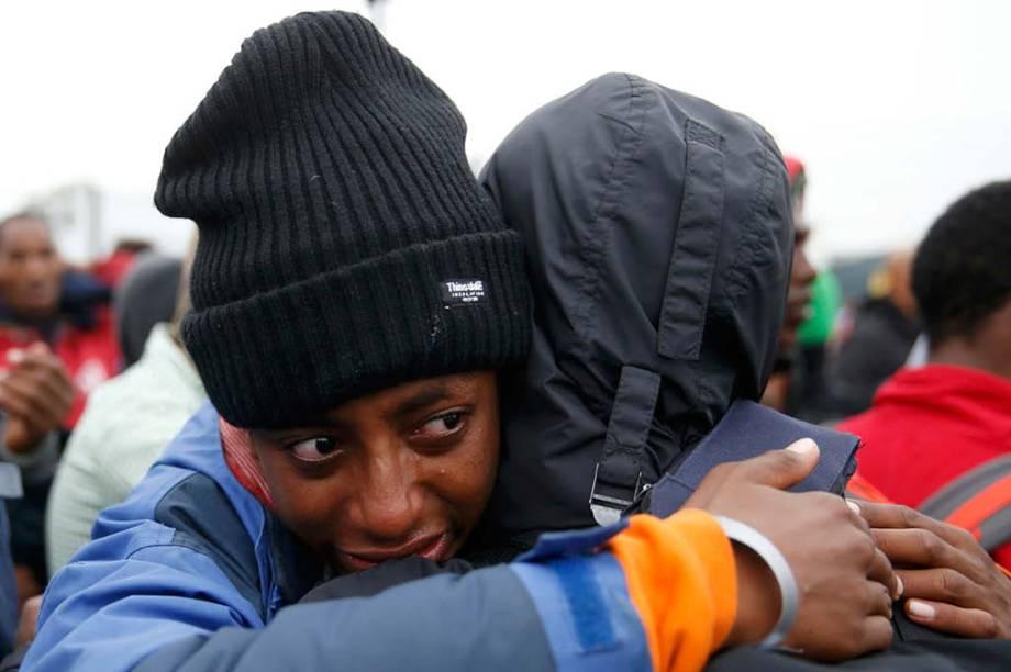 """Imigrante etíope chora na saída da """"Selva"""""""