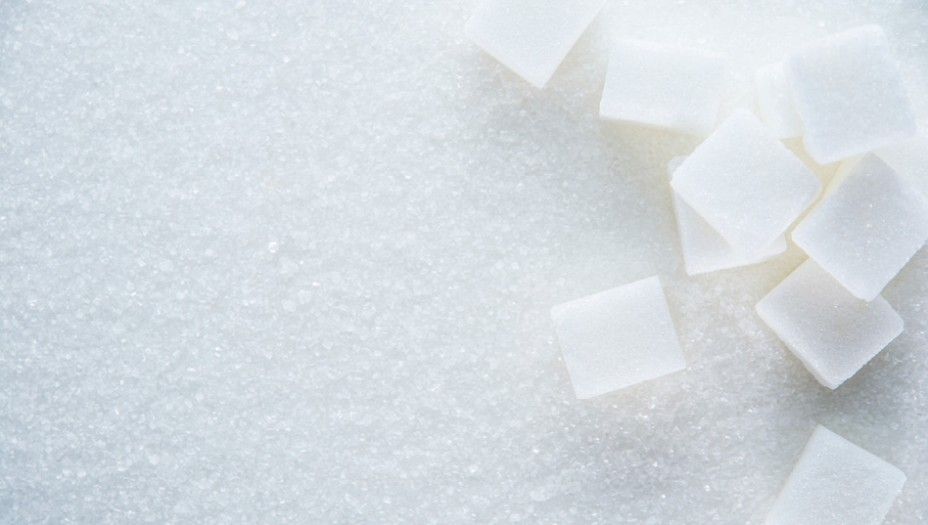 7. Açúcar:No caso do açúcar, o problema não é conservá-lo fresco, mas impedir que endureça e vire uma pedra. O açúcar nunca estraga porque não é um ambiente que propicia crescimento bacteriano. Apenas se certifique de guardá-lo num recipiente bem fechado, para protegê-lo de bichinhos e umidade.