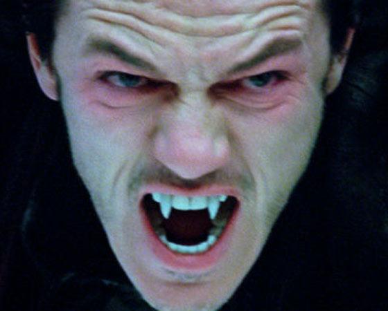 A chegada de Jonathan Harker ao castelo do Conde Drácula para ajudá-lo em uma transferência de imóveis da Transilvânia para a Inglaterra; o envolvimento do vampiro com a noiva de Harker, Lucy; o caçador de vampiros, dr. Van Helsing. A história contada no livro de Bram Stoker se tornou um clássico da literatura de horror, e foi adaptada à exaustão para o cinema e a TV. O título <i>Drácula - A história nunca contada</i> parece jogada de marketing, mas tem seu apelo: a lendária criatura de dentes afiados aparece em pelo menos 272 obras cinematográficas, segundo o Guinness Book. Isso credencia o vampiro ao título de personagem literário mais retratado na história do cinema. Relembre as mais importantes obras estreladas pelo príncipe da Transilvânia.