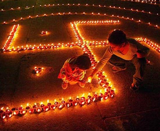 O Festival das Luzes é marcado de acordo com o calendário lunar hindu, por isso, pode ocorrer em outubro ou em novembro. Apesar de ser um feriado nacional na Índia, o Diwali pode ter diferentes significados para adeptos do hinduismo, sikhismo, jainismo e budismo.
