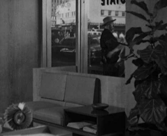 Em <i>Psicose</i>, um de seus clássicos, Hitchcock aparece em uma janela usando um chapéu de caubói. Para assistir à cena, coloque no minuto: 0:06:35.