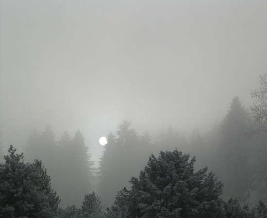 Stratus: são as nuvens mais próximas do chão e não ultrapassam um quilômetro de distância do chão. Quando vistas no céu, parecem um tapete. Podem dar origem ao nevoeiro, de acordo com o clima.