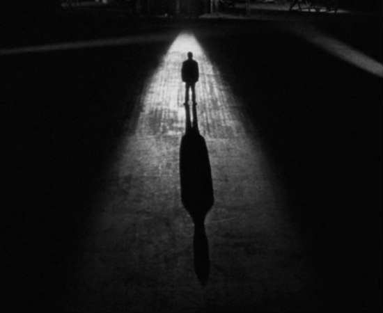 Em <i>O Homem Errado</i>, a silhueta do diretor é mostrada durante quase todo o prólogo do longa. De acordo com uma biografia sobre Hitchcock, esta aparição queria mostrar que o filme era uma história sobre pessoas reais. Veja a cena bem no começo do filme, em 0:00:18