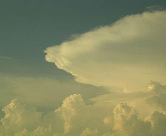 Cumulonimbus: são as nuvens de trovoadas e tempestades, uma versão verticalmente maior das cumulus. São densas, esbranquiçadas e se formam quando surgem as frentes frias. São facilmente identificáveis por seu formato de bigorna e, por serem altas, são sempre visíveis da janela do avião.