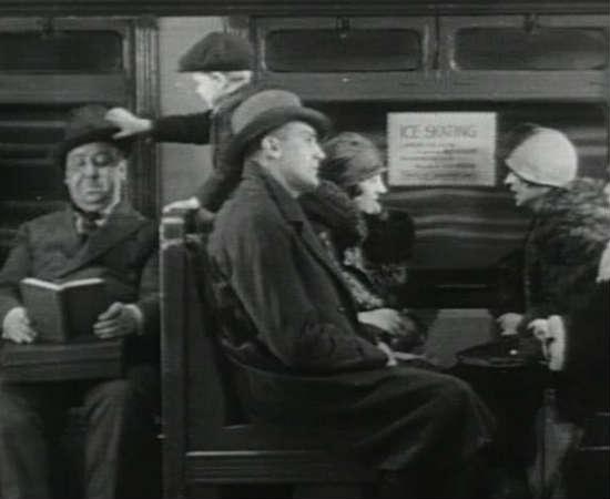 Em sua curta aparição em <i>Chantagem e Confissão</i>, Hitchcock se irrita com um garoto no metrô de Londres que mexe em seu chapéu. Ele aparece por 19 segundos na tela. Veja em 0:10:25