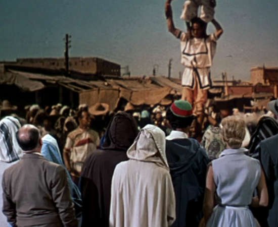 Hitchcock aparece duas vezes em <i> O homem que sabia demais</i> : no minuto 0:26:19, o diretor aparece em uma cena casual em um mercado (ali no canto esquerdo, de cinza); já em 0:33:25, está caminhando na rua, próximo a um ônibus.
