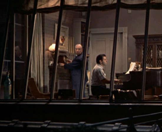 Em <i>Janela Indiscreta</i>, aparece dentro do apartamento de um pianista e compositor. Há quem diga que o diretor olha para o público nessa cena, mas o pianista responde a ele, deixando a dúvida. Confira no minuto 0:25:05