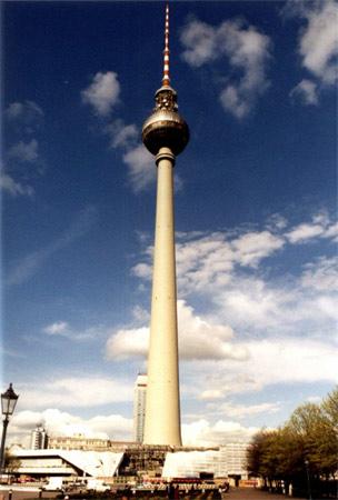15. Berliner Fernsehturm. Com 368 metros de altura, ela foi inaugurada em 1969 em Berlim, na Alemanha. É a torre mais antiga desta lista.