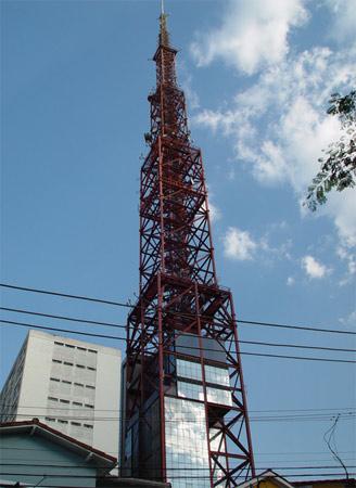 A TV Bandeirantes alega que sua antena, em São Paulo, é a mais alta da América Latina. No entanto, a colorida torre tem 212 metros de altura, 12 a menos que a Torre de Brasília.