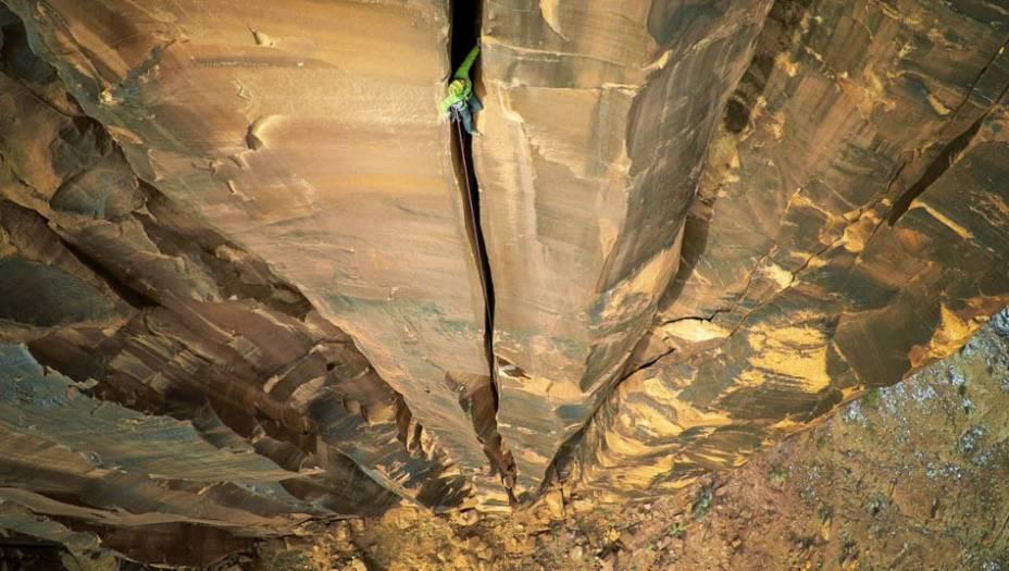 """Quem levou ouro em """"Esportes"""" foi o americanoMax Seigal. A fotografia mostra um desfiladeiro na cidade de Moab, em Utah, nos EUA. O homem que aparece na imagem está a mais de 120 metros do chão."""