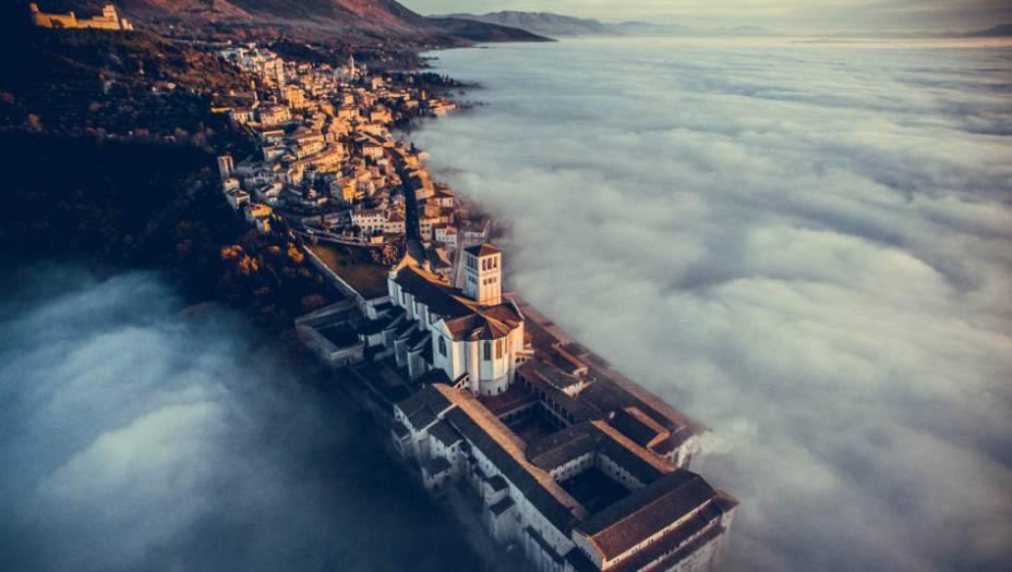 """A melhor foto em """"Viagem"""" de 2016 foi obra do italianoFrancisco Cattuto. Ele usou um drone do modeloDJI Phantom 3 para captar a basílica de São Francisco de Assis, em Assissi, Itália."""