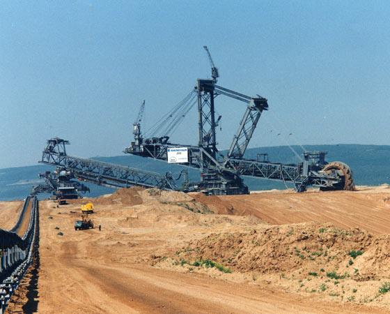 Esta gigante é a escavadeira Bagger 293, fabricada pela empresa alemã Takraf. Nenhuma outra escavadeira do mundo é tão colossal.