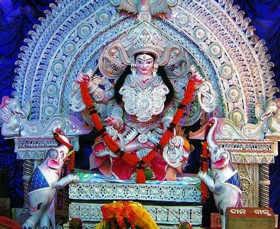 No primeiro dia, chamado de Dhanteras, os religiosos oram à deusa Lakshmi, pedindo saúde e prosperidade. Nesta data, é costume comprar objetos de ouro e prata.