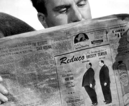 A princípio, Hitchcock apareceria como um corpo morto boiando em <i>Um Barco e Nove Destinos</i>. Mas a dieta do diretor ia bem, e decidiu aparecer em um ensaio fotográfico de Antes e Depois para um comercial de Reduco, um remédio para emagrecimento. Assista à cena no minuto 0:25