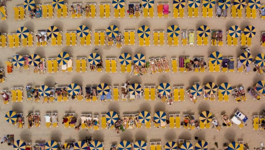 """Na categoria """"Viagem"""", o canadense Karolis Janulislevou o terceiro lugar por uma foto na Playa dos Amadores, na Espanha."""