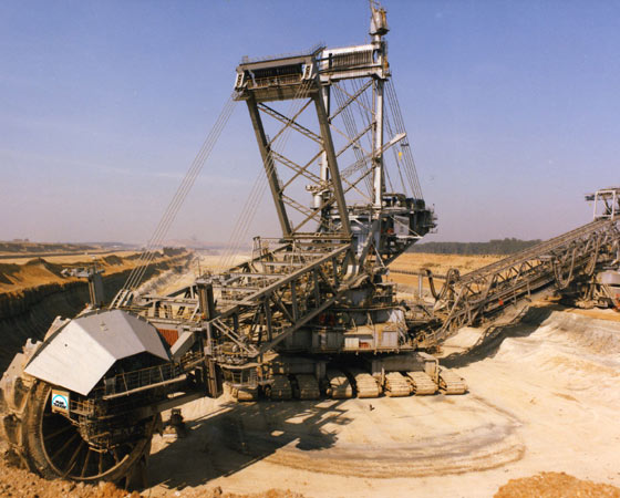 A Bagger 293 é feita para escavar minas de carvão. Ela é capaz de cavar 240 mil metros cúbicos de terra todos os dias.