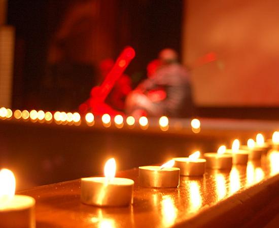 O terceiro dia é o verdadeiro Diwali. Muitos religiosos visitam templos para adorar Lakshmi e Ganesh. Uma das tradições da data consiste em enfeitar o exterior das casas com lamparinas. O ritual, chamado de Laxmi Pooja, tem o objetivo de chamar a atenção da deusa Lakshmi para que ela abençoe os lares. À noite, a comemoração é feita com muitos fogos de artifício.