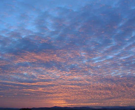 Altocumulus: essas nuvens são as causadoras do efeito algodão que às vezes aparece no céu. Podem estar a até seis quilômetros de distância do chão. Ver este tipo de nuvem pela manhã pode ser um indício de trovoada à tarde.