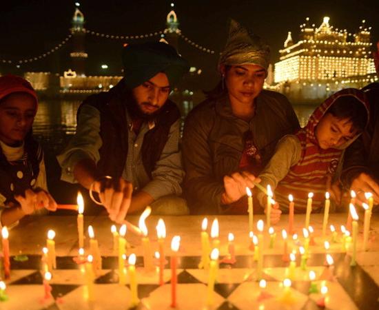 O quinto e último dia de Diwali é chamado de Bhai Dooj. Na data, irmãos e irmãs se aproximam em comemoração ao episódio em que Yami (deusa da morte) intercedeu por seu irmão gêmeo Yama (deus da morte). É costume que as irmãs façam orações aos irmãos, e estes retribuam com pequenos presentes.
