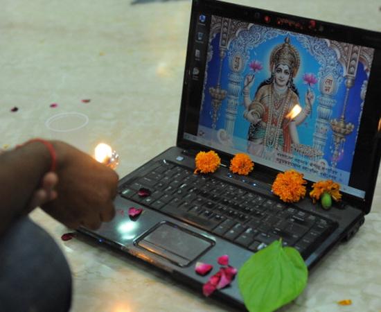 Durante o Diwali, as famílias se reúnem e comem muita comida (principalmente doces). É comum enviar cartões comemorativos (ou e-mails) aos parentes e amigos.