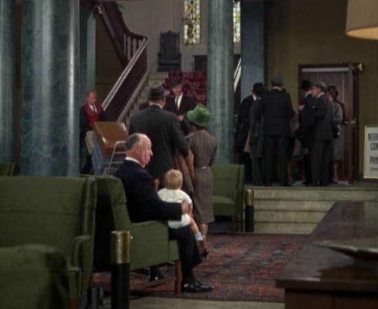 Não pense que Hitchcock era um homem sem coração por conta de seus filmes tensos. Em <i>Cortina Rasgada</i>, o diretor aparece ninando uma criança pequena em seus joelhos. Veja essa cena meiga em 0:08