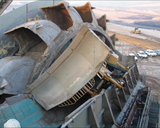 Ele acabou sendo engolido por um outro gigante, uma Bagger 288, modelo da ThyssenKrupp.