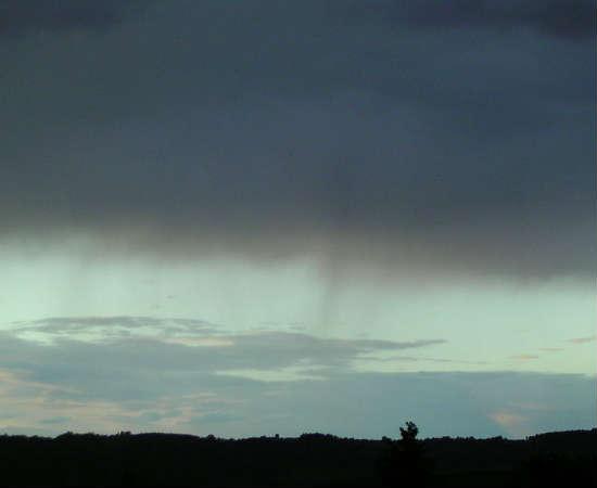 Nimbostratus: são nuvens baixas e verticais, sem formato definido, escuras e cinzentas. Também são bastante espessas, podendo ocultar totalmente o Sol. São as nuvens mais facilmente identificáveis em tempo chuvoso.
