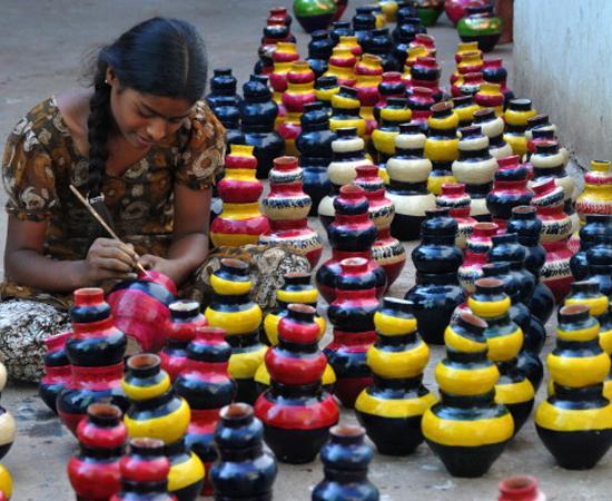 Os objetos mais vendidos durante o Diwali são os potes de barro que servem como suporte para as lâmpadas. Os diyas geralmente são feitos artesanalmente por famílias que encaram o festival como uma boa fonte de renda.