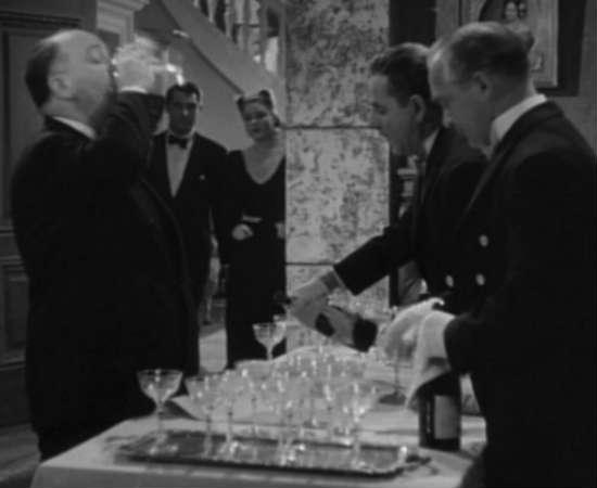 Em <i>Interlúdio</i>, a participação de Hitchcock não é exatamente insignificante. Graças a uma confusão causada logo depois dessa cena, o culpado pelo crime é desmascarado. Veja em 1:04:44