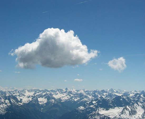 Cumulus: são o oposto da nimbostratus. Têm forma bem definida, coloração clara e parecem chumaços de algodão. Ver uma nuvem tipo cumulus é sinal de bom tempo, mas quando crescem muito verticalmente, podem causar temporais