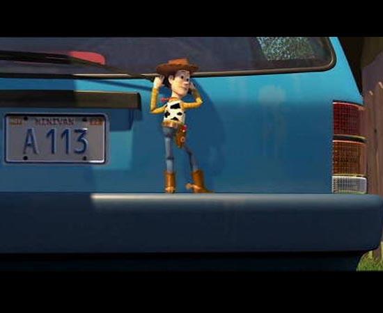 Outro fato curioso sobre os filmes da Pixar é que a palavra 'A113' aparece várias vezes nas animações. Há várias teorias sobre a origem do termo, mas nenhuma é comprovada pela Pixar. Esta imagem mostra uma cena do filme Toy Story 2 (1999).
