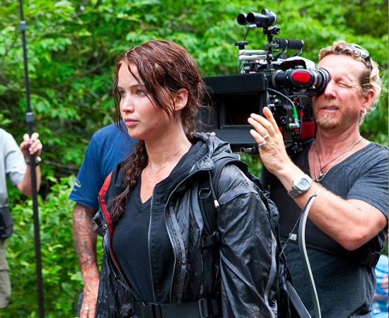 ADAPTAÇÕES - Os direitos para adaptações cinematográficas foram comprados pela Lions Gate. Até agora, somente o primeiro livro foi adaptado. O filme Hunger Games estreou em março de 2012 e tornou-se um fenômeno mundial.