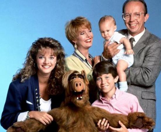 Alf, o ETeimoso (1986), é uma série sobre um alienígena que vive com uma família de terráqueos.