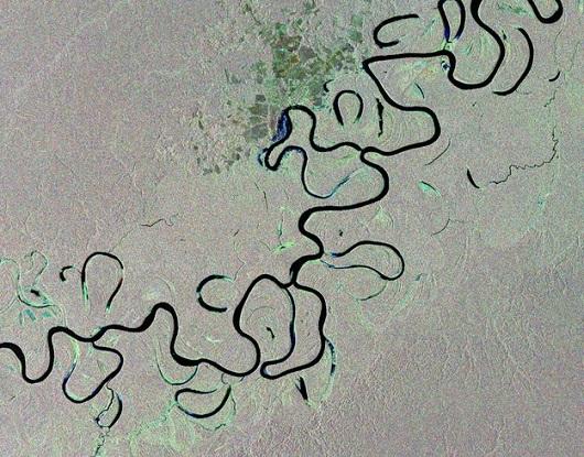 A foto mostra o rio Juruá, que nasce no Peru, passa pelo Acre e deságua no rio Solimões. A parte da Floresta Amazônica mostrada está no território brasileiro. A imagem foi feita em 2012.
