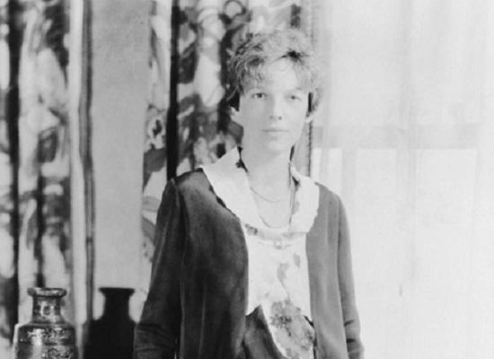 O nome mais conhecido desta lista é Amelia Earhart, pioneira da aviação. Ela foi a primeira mulher a cruzar o Atlântico pilotando um avião, nas primeiras décadas do século 20. Amelia quebrou diversos recordes da aviação e desapareceu enquanto tentava quebrar outro: dar uma volta ao mundo.
