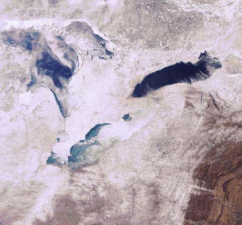 Essa imagem mostra três dos cinco grandes lagos da América do Norte cobertos de neve e gelo. O da esquerda é o Huron, o de baixo é o Erie e o da direita é o lago Ontário. A foto é de 2009.