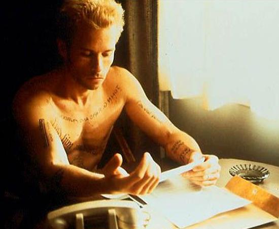 Amnésia (Christopher Nolan, 2000) - Foi com este filme que Christopher Nolan começou a chamar atenção. Leonard Shelby tem perda de memória recente e usa fotografias, tatuagens e anotações para se lembrar que tem uma missão: vingar a morte de sua esposa. O lance é que os trechos do filme aparecem em ordem reversa. Ou seja, a cada minuto, descobrimos o que aconteceu no momento anterior - e construímos a história junto com Leonard. Assim que as coisas começam a fazer sentido, tudo muda de novo. Clique em Leia Mais se quiser saber o que acontece no final.