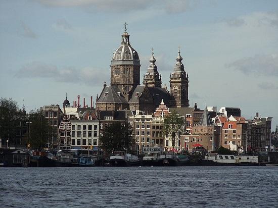Amsterdã é um conjunto de prédios e casas históricas, tudo ao redor dos famosos canais da região. Por isso, a maior cidade dos Países Baixos atrai viajantes de todo o mundo.