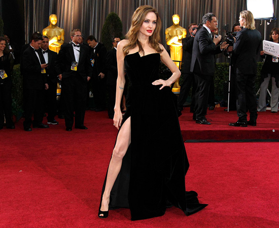 A imagem de Angelina Jolie usando um vestido de fenda no Oscar 2012, foi uma das imagens mais compartilhadas e parodiadas do ano.