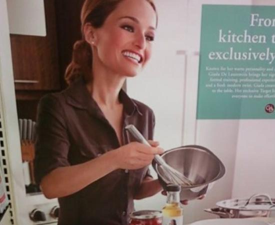 Não é uma caricatura! Por uma falha do editor, a cabeça da modelo deste anúncio de utensílios para cozinha ficou gigantesca.