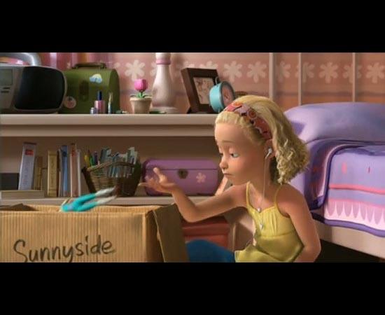 Em Toy Story 3 (2010), Molly está usando fones da Apple enquanto descarta seus brinquedos.