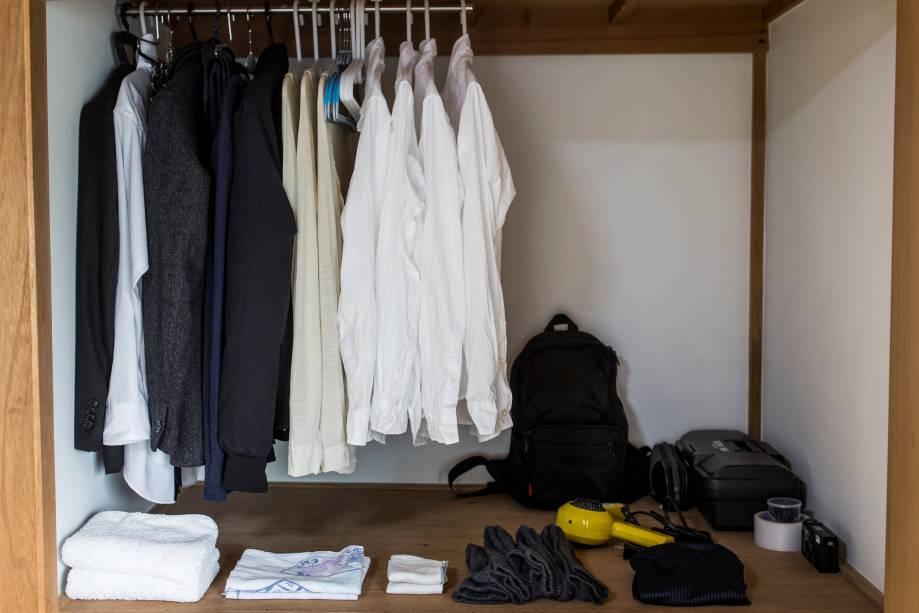 O guarda-roupa do também mortador de Tóquio, Katsuya Toyoda reúne itens básicos - como prega a filosofia deMarie Kondo.